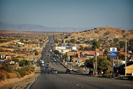 Image of a Mojave Desert town like the setting of this novel