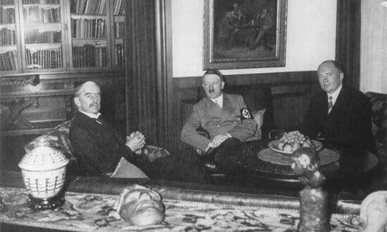 Image of Chamberlain and Hitler in 1938, when they caused the war with Nazi Germany to be postponed.